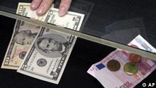 15 US-Dollar werden am Mittwoch, 27. Februar 2008, in einer Wechselstube in Frankfurt gegen 10,27 Euro eingewechselt. Der Euro hat erstmals die Rekordmarke von 1,50 Dollar erklommen. Am Mittwochmorgen kostete ein Euro im europaeischen Handel 1,5057 Dollar und damit so viel wie nie zuvor. (AP Photo/Ferdinand Ostrop) -----15 US$ are exchanged against 10.27 euros in an exchange office in Frankfurt, Germany, Wednesday, Feb. 27, 2008. The euro climbed to a record high of US$1.5070 in midmorning European trading on Wednesday as sentiment increased that the U.S. Federal Reserve would continue its rate cut campaign. (AP Photo/Ferdinand Ostrop)