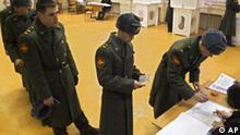 Wahlen in Russland, Russische Soldaten in einem Wahllokal in Moskau