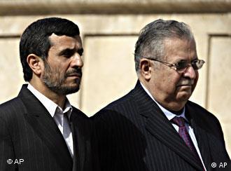 جلال طالبانی (راست)، رئیسجمهور عراق و محمود احمدینژاد در سفر رئیسجمهور ایران به بغداد در ماه مارس ۲۰۰۸