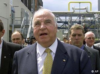 Former Chancellor Helmut Kohl visits Leuna, the German oil refinery that served as stage for one of France's biggest-ever scandals.
