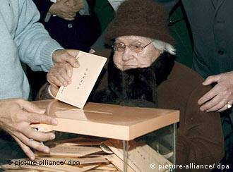 Pepita Casas, 103, is helped to vote by the official in charge of the Beatriz Galindo polling station in Madrid, Spain, 09 March 2008. Some 35 million Spaniards will go to the polls today to decide a new Parliament and their next Prime Minister for the next four years. The voting is marked by the killing of the former Socialist councilman Isaias Carrasco blamed by police sources on Basque terrorist group ETA. EPA/Alberto Martin +++(c) dpa - Bildfunk+++