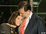 Rajoy y abraza a su esposa durante en el balcón de la calle Génova.
