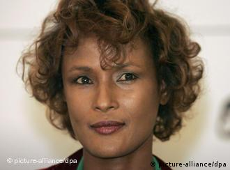 Waris Dirie with a hat and a flower