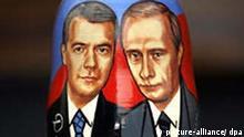 1,,3018246,00.jpg Der stellvertretende Ministerpäsident Dmitri Medwedew und Russlands amtierender Präsident Wladimir Putin zieren das Äußere einer Matrjoschka, die als Touristensouvenir bei den ausländischen Gästen in der russischen Hauptstadt Moskau gegenwärtig hoch im Kurs steht, aufgenommen am 15.11.2005. Präsidentschaftskandidat Dmitri Medwedew gilt die Wahl am 2. März als haushoher Favorit für das politsche Erbe Putins. dpa Foto: Tanja Niesen +++(c) dpa - Report+++
