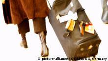 Tourismus Reisen Frau laufend ziehend Koffer Trolley woman walking pulling trolley trolly Vienna Austria Fernweh Symbolbild Urlaub holidays Symbol Symbole Symbols Reise journey tourism Vacation Vacations Flughafen Schwechat Wien Österreich