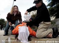 Протест на активисти срещу прилагането на симулирано давене