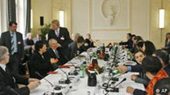 Bundesinnenminister Wolfgang Schäuble, Vierter von links, sitzt zu Beginn der dritten Plenarsitzung der Deutschen Islam Konferenz in Berlin (Foto: AP)