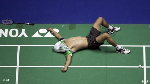 Der Chinese Dan Lin liegt nach dem Sieg der Badminton-WM 2006 in Madrid erschöpft am Boden.(AP Photo/Paul White)
