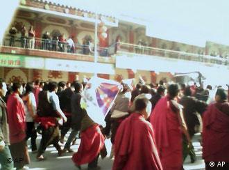 拉萨街头的示威僧侣