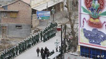 Chinesische Polizei steht Wache am Kloster in Xiahe Labrang, China