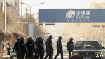 Tibet, Polizeistreife auf einer Straße in Tongren, in der chinesischen Provinz Qinghai