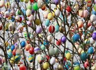 ایک سجے سجائے درخت پر آویزاں ہزاروں ایسٹر انڈے