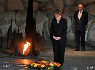 La canciller Angela Merkel coloca ofrenda en Yad Vashem.