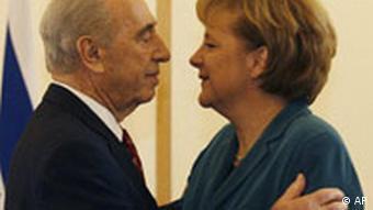 Israels Präsident Shimon Peres begrüßt die deutsche Bundeskanzlerin Angela Merkel