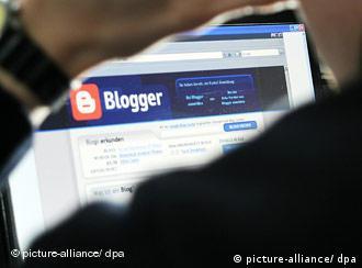 Блогер перед экраном компьютера
