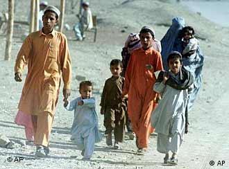 Eine afghanische Familie auf der Flucht in Pakistan Foto: AP, November 2001 /Shabbir Hussain Imam