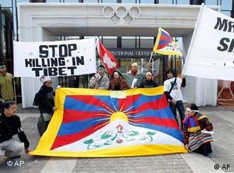 流亡藏人在瑞士洛桑国际奥委会总部门前示威