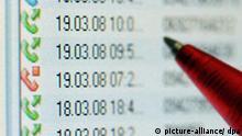 Ein Kugelschreiber zeigt am Mittwoch (19.03.2008) in Straubing (Niederbayern) an einem Computermonitor auf eine Anrufliste (Illustration zum Thema Vorratsdatenspeicherung). Das Bundesverfassungsgericht in Karslruhe hat Teile des Gesetzes zur massenhaften Speicherung von Telefon- und Internet-Verbindungsdaten vorerst gestoppt. Nach einer am Mittwoch veröffentlichten einstweiligen Anordnung dürfen die Daten zunächst nur für die Verfolgung besonders schwerer Straftaten genutzt werden. Damit gaben die Karlsruher Richter dem Eilantrag acht betroffener Bürger teilweise statt. Foto: Armin Weigel dpa/lby +++(c) dpa - Report+++