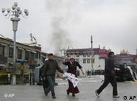 资料图片:2008年3月拉萨街头一幕
