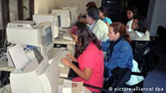 Benutzer des Worldwide-Web in einem Internet-Café in Havanna. (Quelle: AP, Archivbild, 7.09.2001)