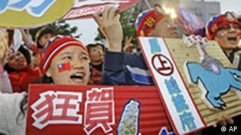 Anhänger von Ma Ying-jeou jubeln dem Wahlsieg entgegen