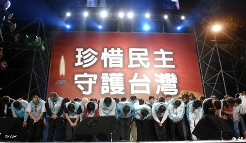 +Freies Bildformat+ Members of Taiwan's ruling Democratic Progressive Party bow to supporters after their presidential candidate Frank Hsieh lost the election to opposition candidate Ma Ying-jeou Saturday, March 22, 2008, in Taipei, Taiwan. (AP Photo/Chiang Ying-ying)
