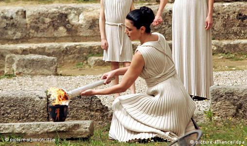 Das olympische Feuer für die Spiele 2008 in Peking wird entzündet EPA/ORESTIS PANAGIOTOU +++(c) dpa - Bildfunk+++