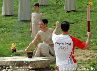 Der griechische Teakwondo-Sportler Alexandros Nikolaidis übernimmt als erster das olympische Feuer EPA/SIMELA PANTZARTZI +++(c) dpa - Bildfunk+++