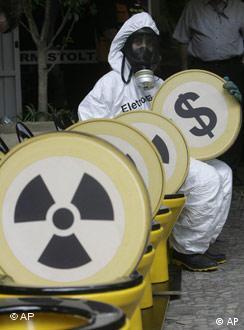 Greenpeace protesta contra energia nuclear em frente de Angra 3, em março de 2008