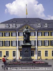 Памятник на Мюнстерплац в Бонне (на балкончике за спиной композитора сидели августейшие особы)