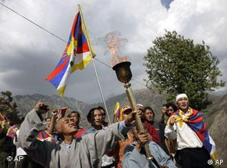 """3月25日,藏青会约50人在印度达姆萨拉点燃""""奥运火炬"""",开始了于奥运开幕之日送到西藏的象征性仪式"""