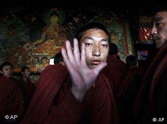 拉萨一名喇嘛接受采访时拒绝拍照