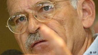 ** ARCHIV ** Der Schriftsteller und Journalist Guenter Wallraff, aufgenommen am 8. September 2003 in Koeln. Wallraff will trotz einer Absage an dem Plan festhalten, auf dem Gelaende einer Moschee aus den Satanischen Versen des Autors Salman Rushdie vorzulesen. Ich bin weiterhin im Gespraech, damit eine Lesung und Diskussion ueber Rushdies Buch in einer anderen Begegnungsstaette einer Moschee demnaechst stattfinden wird, schrieb Wallraff laut einer Vorabmeldung von Mittwoch, 26. Maerz 2008 in der Zeit. (AP Photo/Martin Meissner) ** zu APD3558 ** ---German author and journalist Guenter Wallraff talks at a press conference in Cologne, Germany, Monday, Sept 8, 2003. (AP Photo/Martin Meissner)