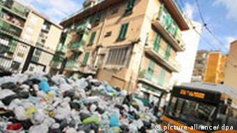 Italien Noch immer liegt Müll in den Straßen von Neapel