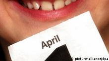 Ein lachender Junge zeigt am Donnerstag (30.03.2006) auf ein Kalenderblatt mit dem Datum des ersten April (Illustration zum Thema 1. April). Das Datum ist traditionell für sogenannte Aprilscherze beliebt. Foto: Karl-Josef Hildenbrand dpa/lby +++(c) dpa - Report+++