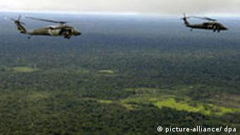 Kolumbianische Hubschrauber über dem Dschungel