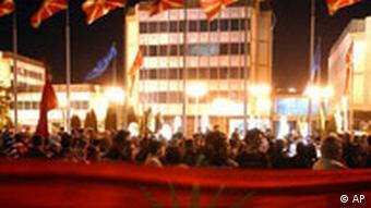 Mazedonien, Menschen protestieren vor dem Regierungsgebäude, verfassungsmäßiger Name, NATO