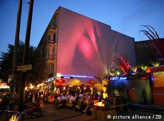 Esquina das ruas Oranienburger com August, no bairro Mitte, em Berlim: concentração de galerias