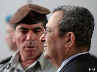 رئیس ستاد ارتش اسرائیل در کنار اهود باراک وزیر دفاع