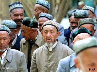 Muslimische Uiguren beim Gebet in China (Quelle: AP)