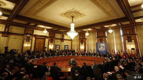 Rumänien NATO Gipfel in Bukarest Tagung (AP)