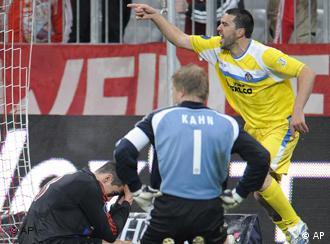 Cosmin Contra (der.) festeja su gol contra el Bayern Múnich en el partido de ida.