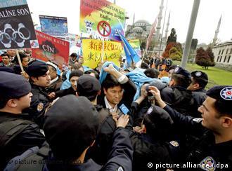 """旅居土耳其的维吾尔人也进行抵制奥运争取""""东土耳其斯坦""""独立示威,与土耳其警方发生冲突"""