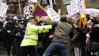 Proteste während des olympischen Fackellaufs durch London