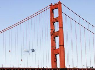 旧金山金门大桥:火炬还没到抗议横幅已经挂好了
