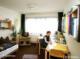 kleine zimmer kleine miete leben im studentenwohnheim bildung dw com. Black Bedroom Furniture Sets. Home Design Ideas