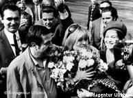 Ο συγγραφέας Γκύντερ Γκρας υποδέχεται τη Μελίνα Μερκούρη, Δυτικό Βερολίνο 1968