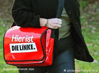 Žena s torbom na kojoj je logo Ljevice
