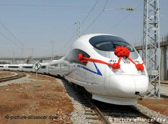 A bullet train named Hexie or harmony runs out of the rolling stock factory in Tangshan of north China's Hebei Province, April 11, 2008. China's first domestically produced bullet train, able to reach 350 kilometers per hour, rolled off the production line in Tangshan on Friday. Three such trains would begin service on the Beijing-Tianjin route before the opening of the Olympics in August. In all, 57 such trains were expected to be in commercial operation by the end of 2009. Foto: Xinhua +++(c) dpa - Report+++
