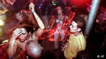 Танцующие люди на дискотеке